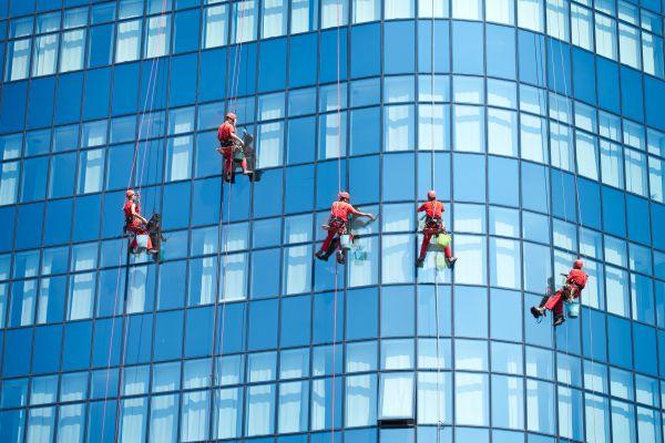 Ilustrační obrázek mytí oken ve výškách a na výškových budovách.