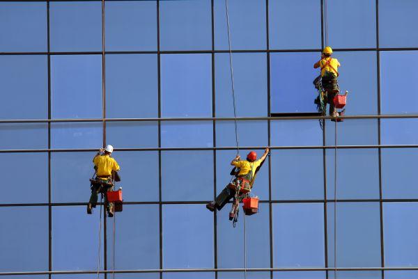 Ilustrační obrázek pro článek o mytí oken na výškových budovách.