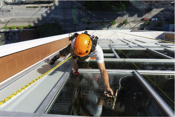Ilustrační obrázek mytí oken ve výškách Praha
