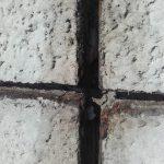 Poškozená spára panelového domu